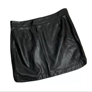 GAP Faux Leather Black Mini Skirt Sexy Chic Size 2